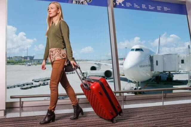 海外旅行に行く女性のイメージ画像