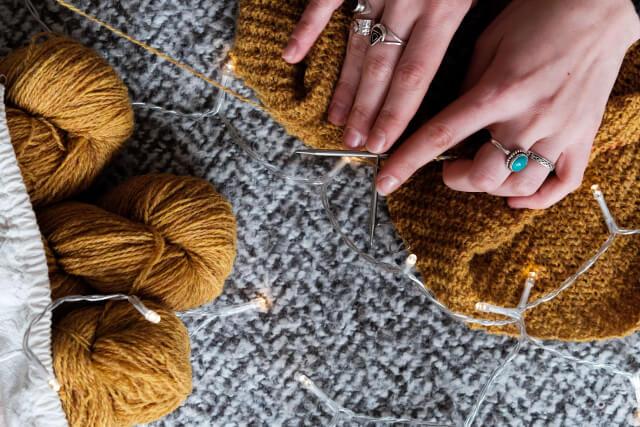 編み物をする画像