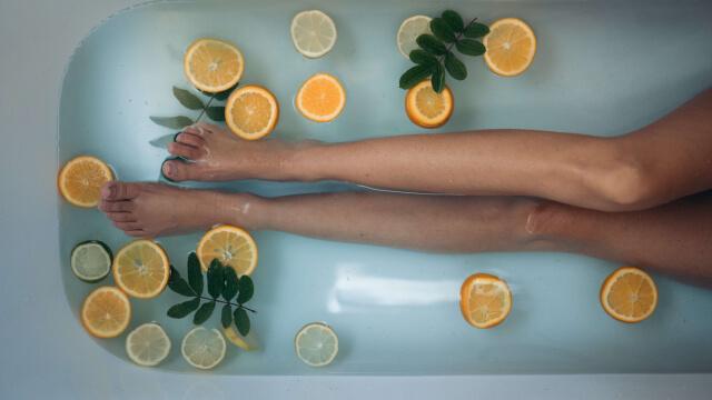 入浴剤入りのお風呂に入る画像